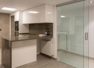 Reforma de oficina para su conversion en vivienda en Valencia mampara de vidrio en cocina